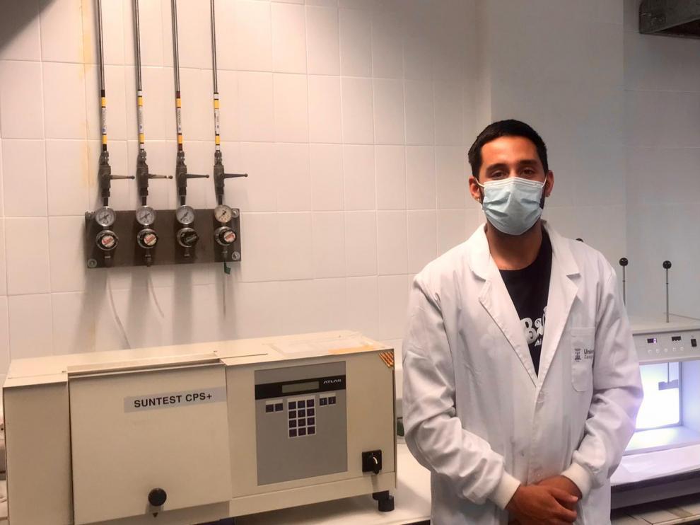 El investigador Samuel Mores, quien ha puesto en marcha una planta de tratamiento a escala piloto de control automatizado, ubicada en la depuradora de Tudela (Navarra)..