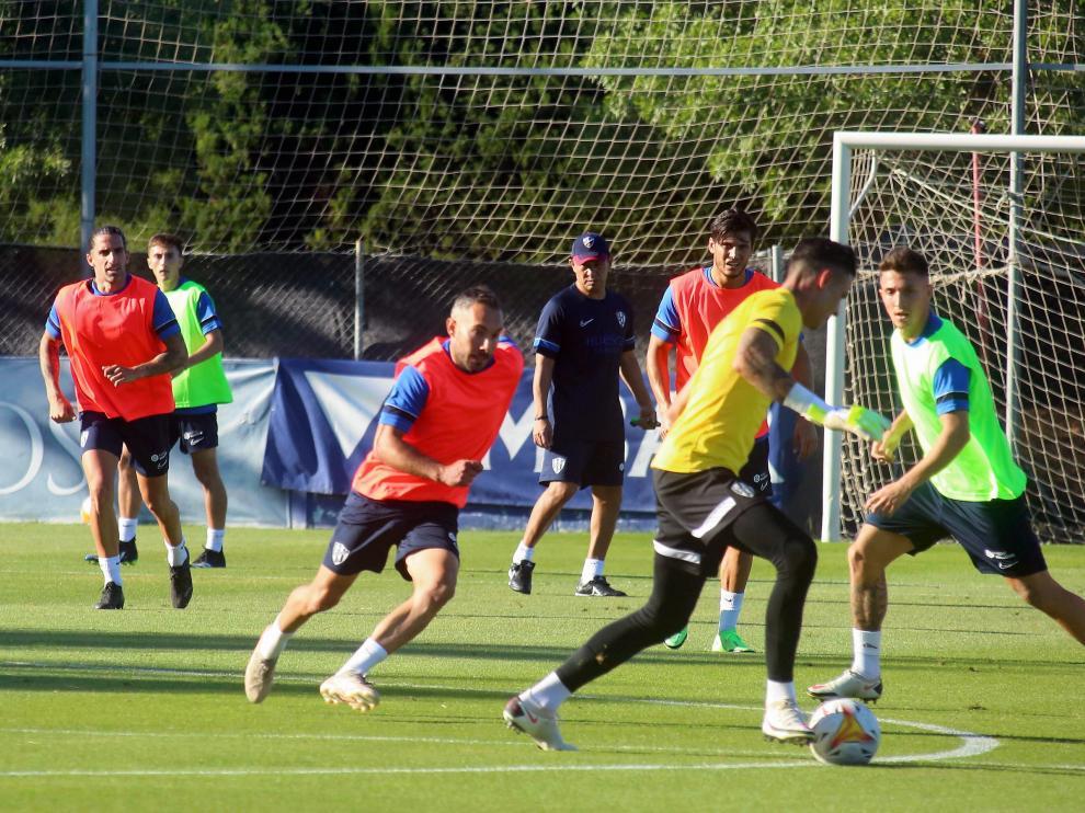 Ambriz observa a los jugadores durante su primer entrenamiento con la SD Huesca.