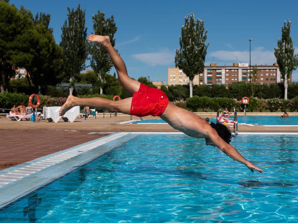 Un bañista se lanza de cabeza al agua en las piscinas del Actur, este jueves.