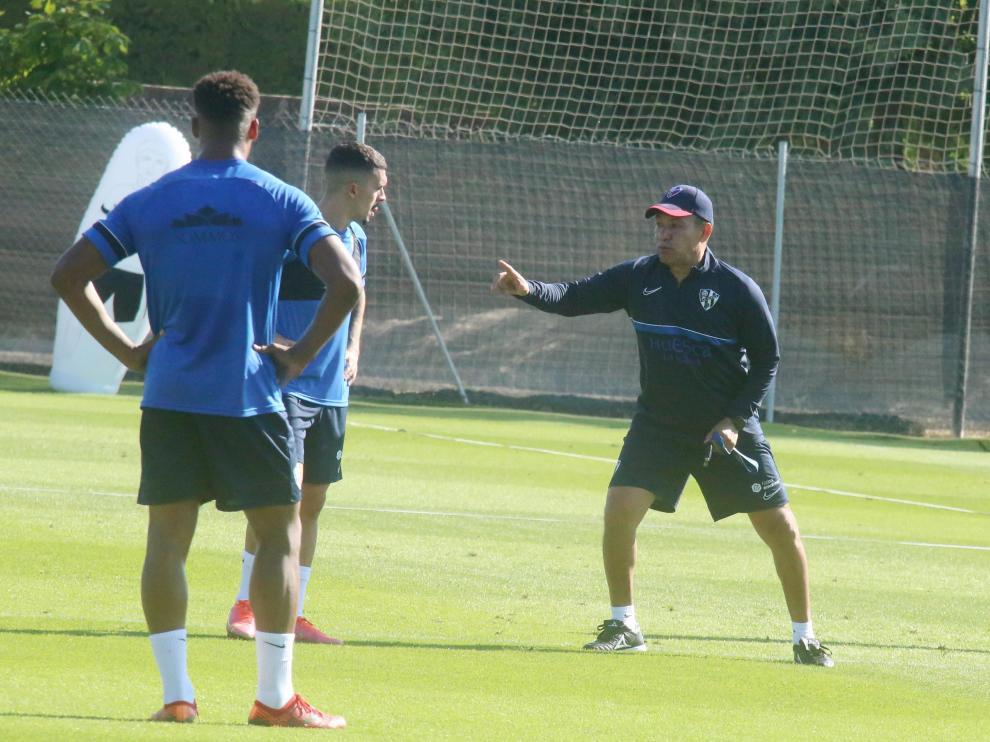 Ambriz se dirige a Joaquín Muñoz y Carlos Kevin durante el entrenamiento de este viernes.