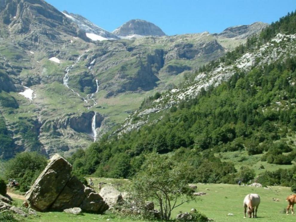 Cascada del Cinca o de Marboré, vista desde los llanos de La Larri.