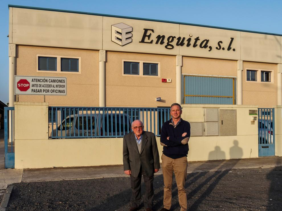 En la imagen, Jesús Enguita y su padre Ambrosio Enguita, en la sede de la empresa en el polígono Malpica. E.E.