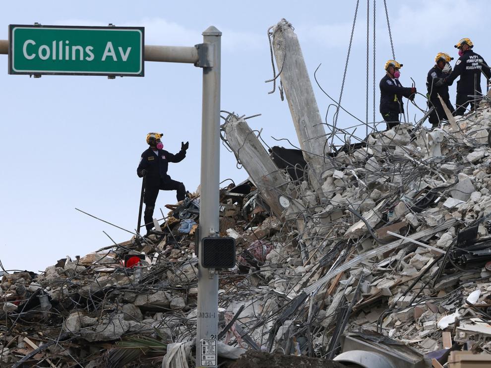Labores de recuperación de cadáveres del edificio derrumbado en Miami