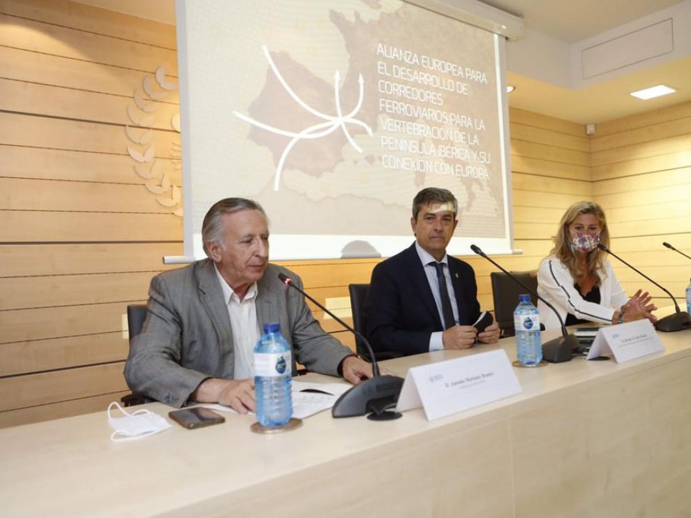 Salvador Galve, presidente de Coiiar, flanqueado por Antonio Morlanes, presidente de Aragonex, y Berta Lorente, de la Cámara de Comercio de Zaragoza.