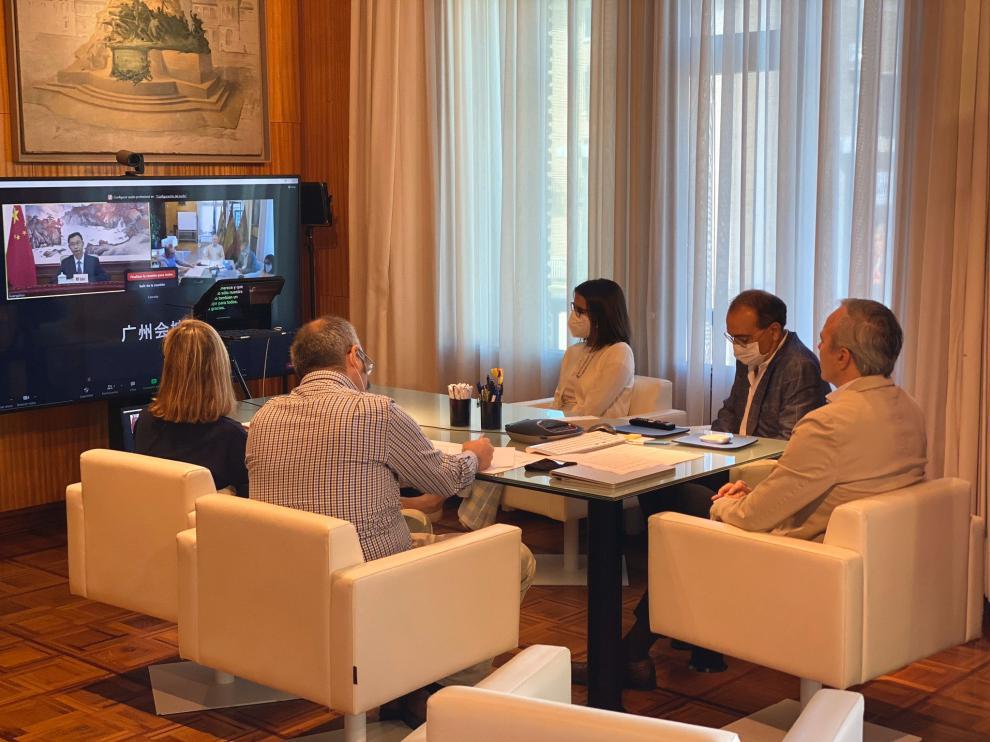 """Azcón dialoga con el alcalde de Cantón para """"estrechar las relaciones"""" comerciales y culturales."""