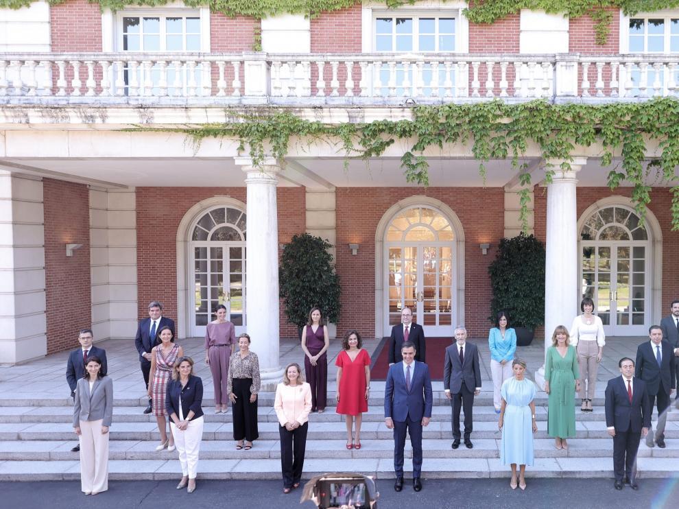 Foto de familia de todos los ministros en la escalinata del Palacio de la Moncloa