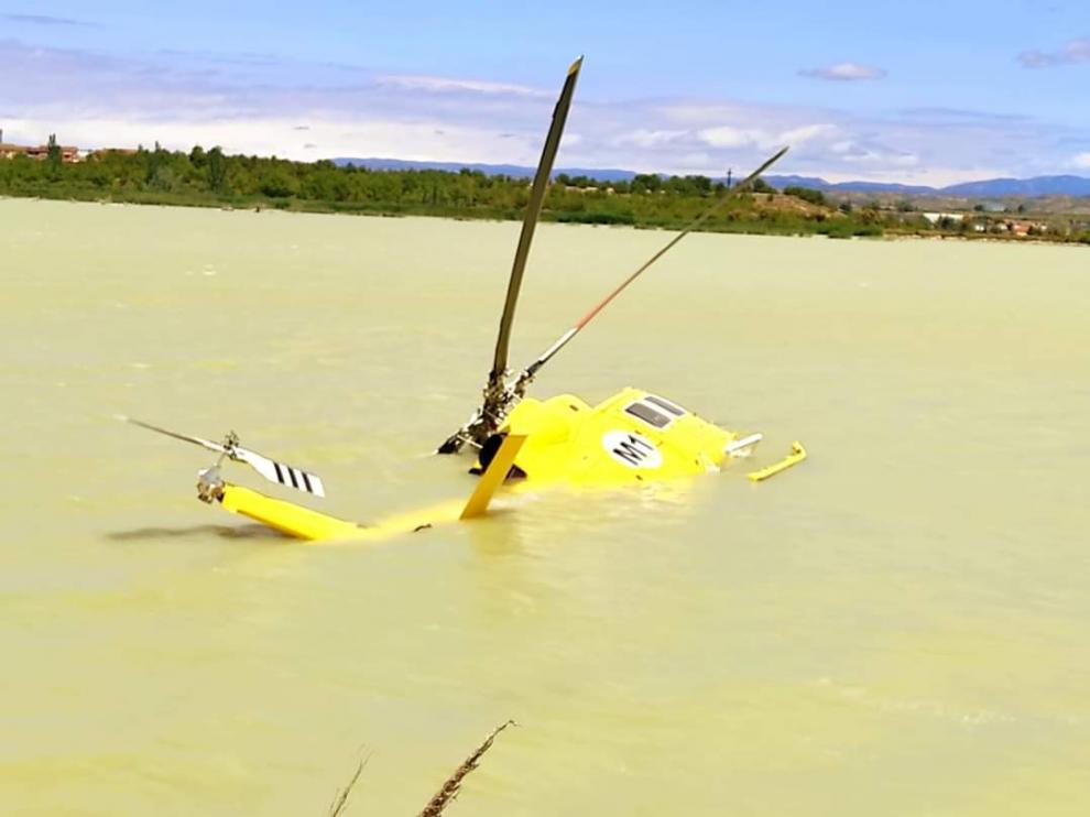 Helicóptero de Bomberos semihundido en la estanca del Gancho de Ejea
