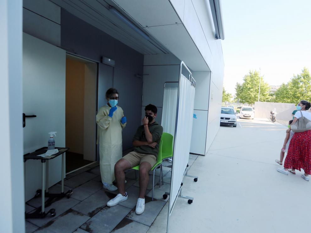 Pruebas PCR en el centro Los Olivos de Huesca, perteneciente a la zona sanitaria de Santo Grial.
