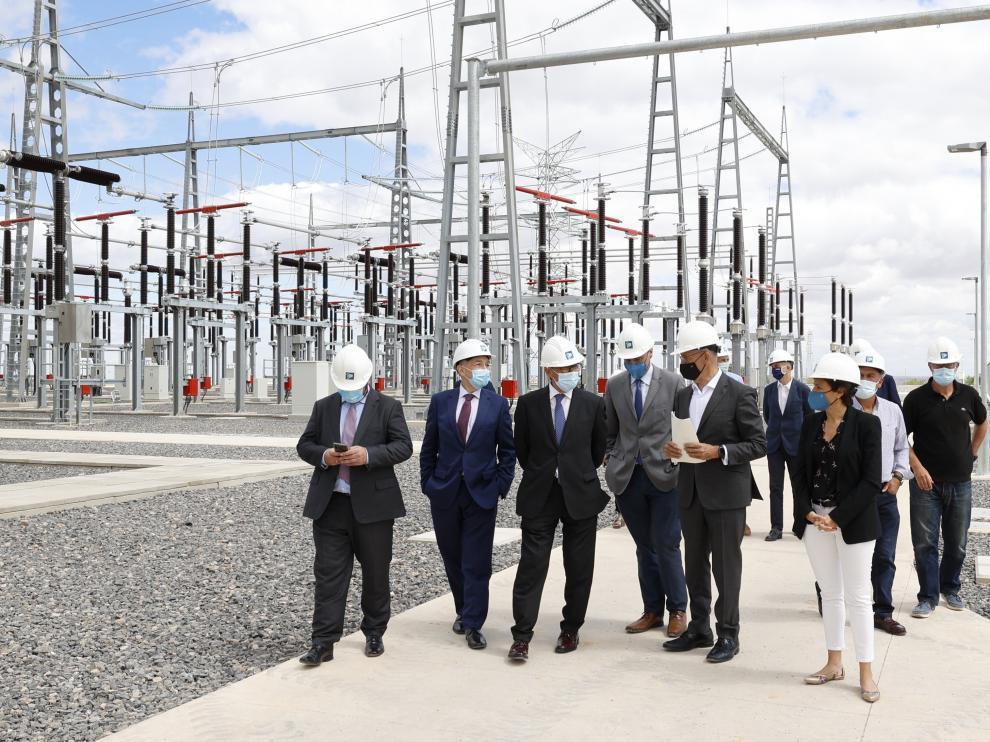 Responsables de Red Eléctrica, del Gobierno de Aragón y otras autoridades, ayer en Cariñena.
