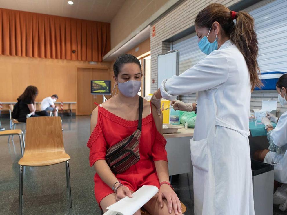 Jóvenes vacunándose en el centro cívico Oliver de Zaragoza.