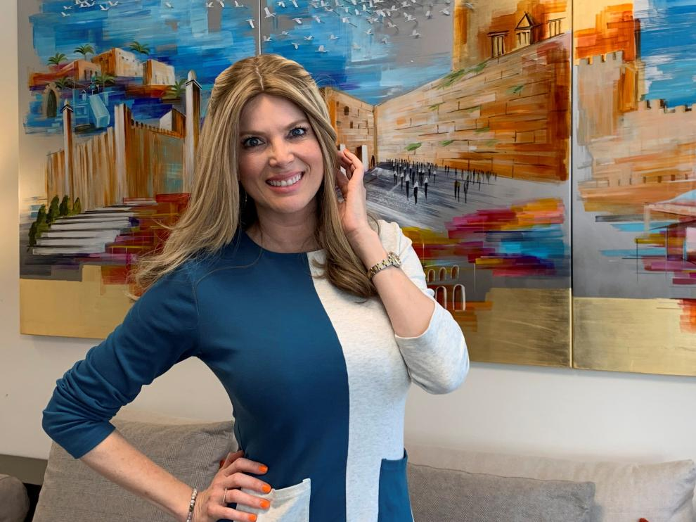 Sarah Mintz (antes Maritza Rodríguez) posa en su casa en Jerusalén durante una entrevista.