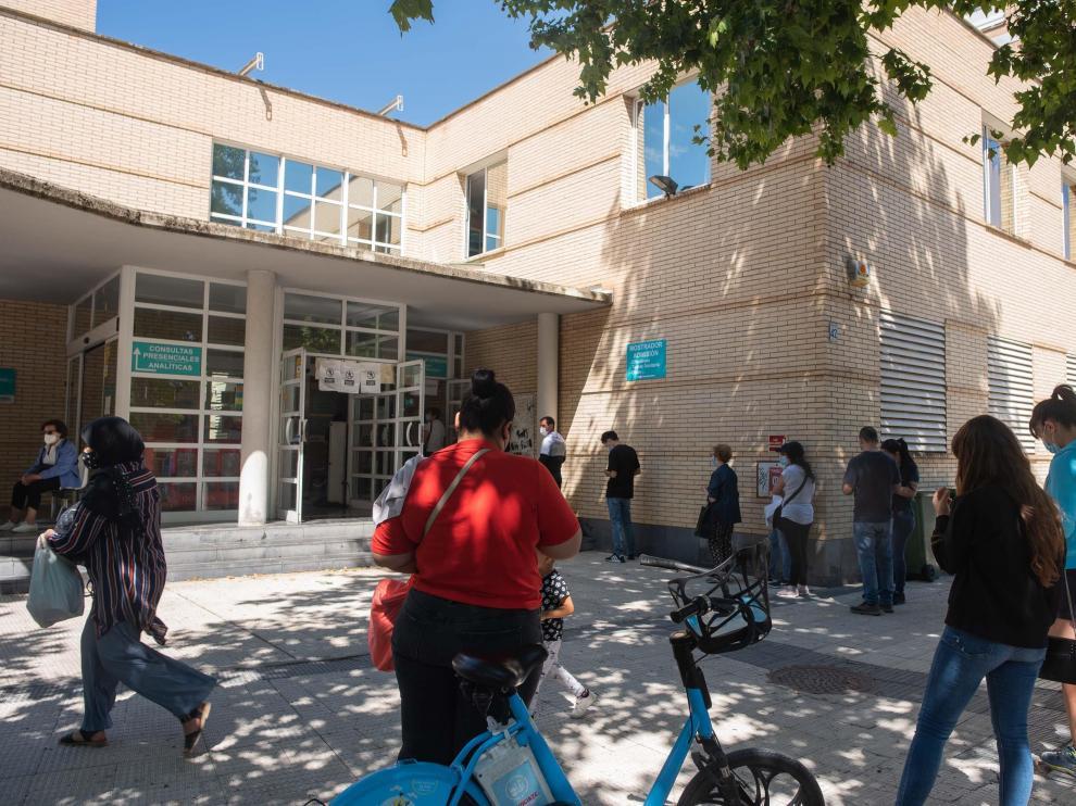 Fila a la entrada del centro de salud de Universitas en Zaragoza este miércoles