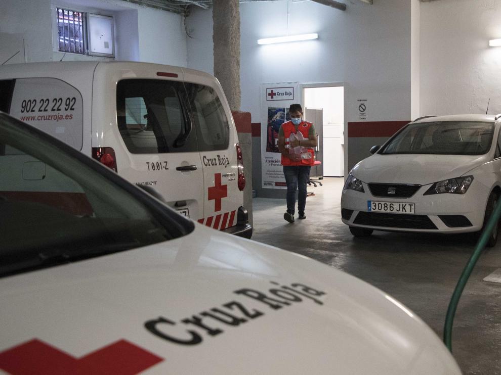 La Unidad de Emergencia Social (UES) de Cruz Roja de Zaragoza en su itinerario nocturno en una noche de verano.