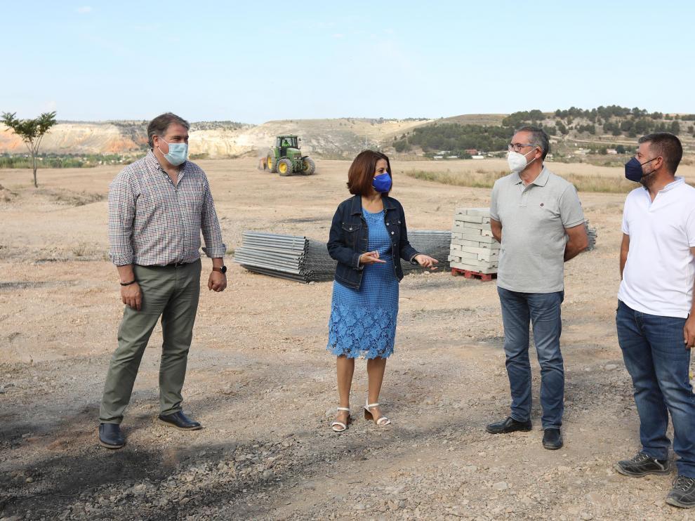 Los dirigentes, junto al director de obra, en la visita de una de las explanadas en obras.