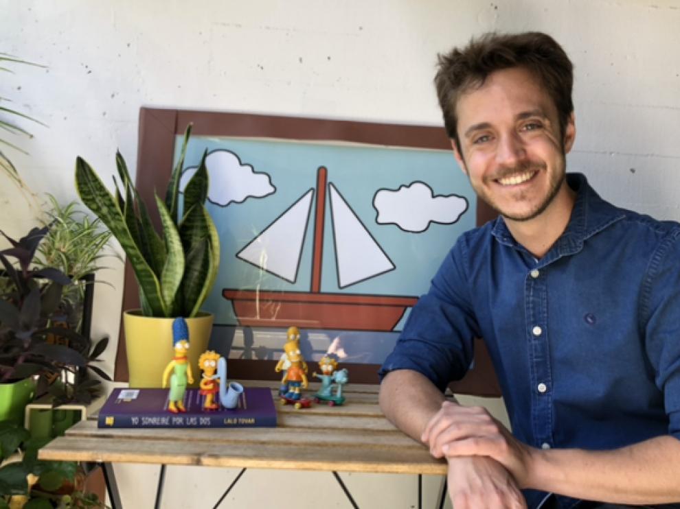 Lalo Tovar, junto a un pequeño altar doméstico de los dibujos animados.