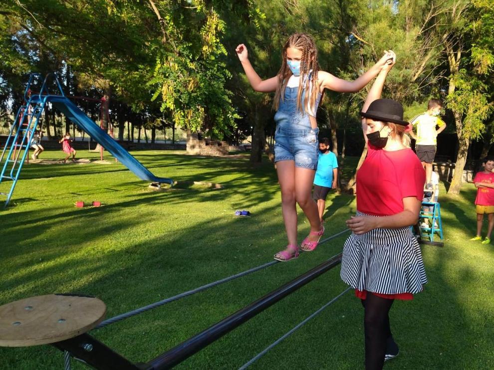 Artmósfera llevó su feria del circo hasta la localidad de Tardienta.