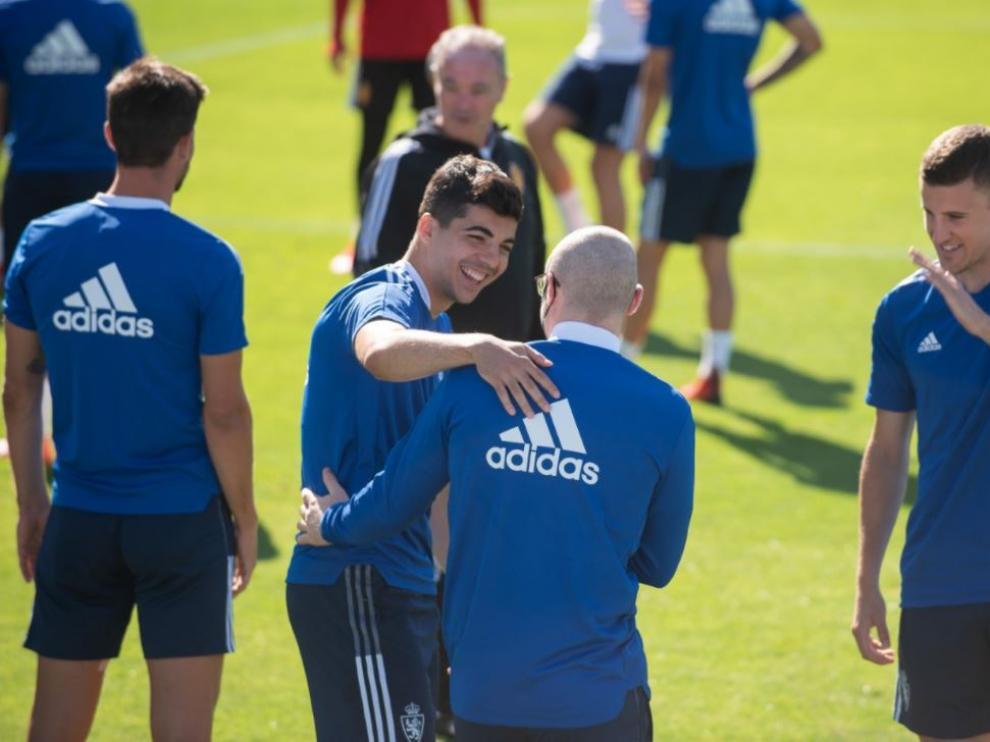 Clemente bromea con Lasure en el entrenamiento