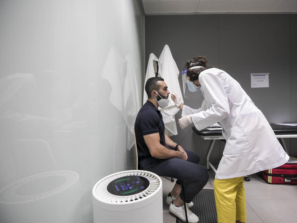 Prueba PCR este viernes en el Centro Médico Palafox de Zaragoza.