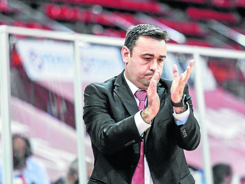 Sergio Lamúa, dirigiendo al Casademont Zaragoza.