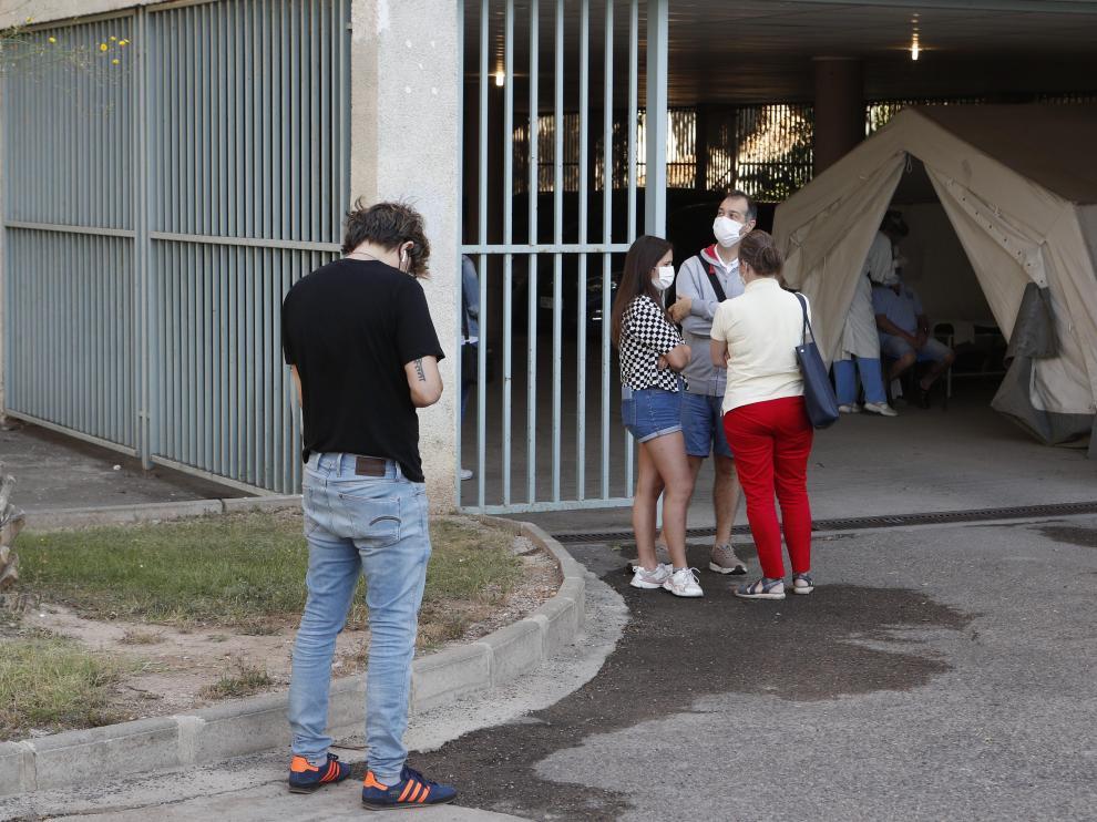 Varias personas, ayer, a la espera de entrar a la carpa donde se hacen las pruebas diagnósticas en centro de salud de Torre Ramona.