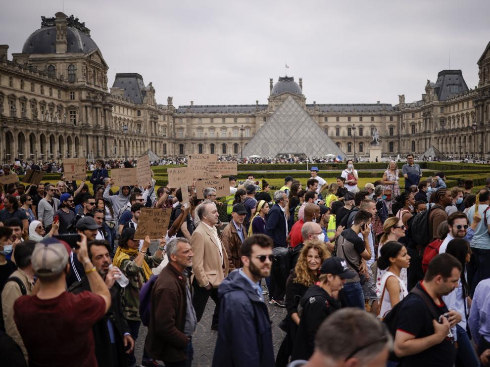 Cientos de manifestantes, en el patio interior del Louvre.