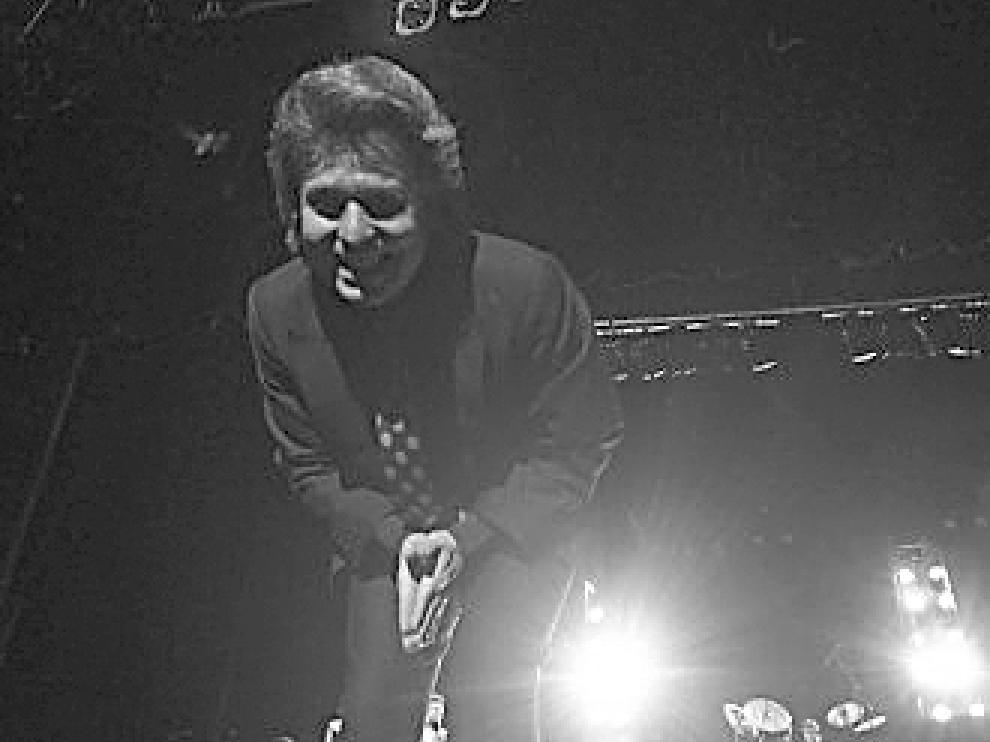 El cantante Raphael, durante uno de sus conciertos en el Teatro Fleta, en 1992.