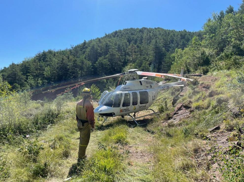 El helicóptero de extinción de incendios tras el accidente en Boltaña.