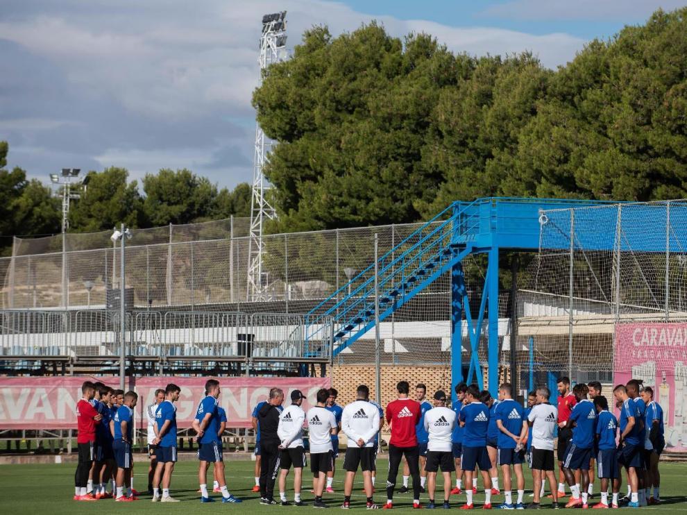 La plantilla del Real Zaragoza, en un ensayo de principios de semana en la Ciudad Deportiva.