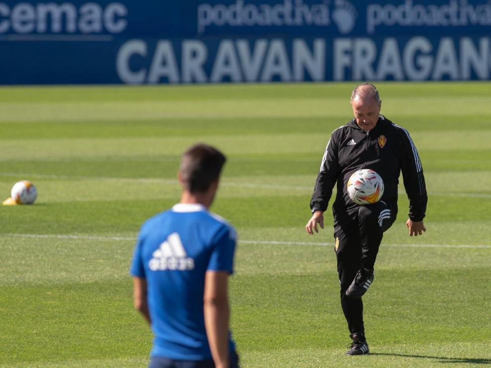 Juan Ignacio Martínez 'Jim' juega con el balón ante la mirada de Adrián.