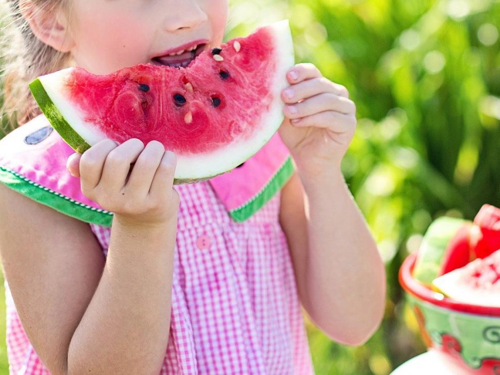 Educar en una alimentación sana es una forma de que los niños aprendan hábitos saludable.