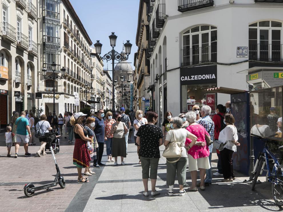 Una veintena de zaragozanos participan en un recorrido turístico por las calles del Casco Histórico.