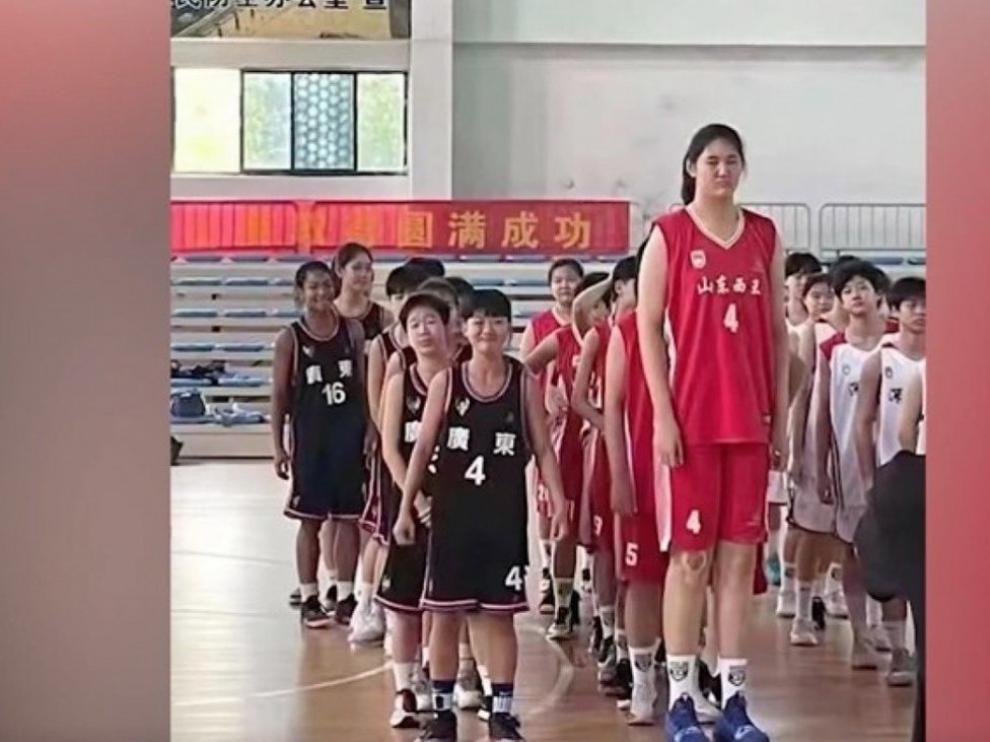Zhang Ziyu, de 14 años, mide 2,26 metros.