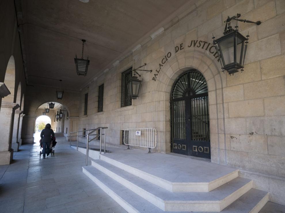 Acceso principal al Palacio de Justicia de Teruel, donde se encuentran las oficinas del Registro Civil.