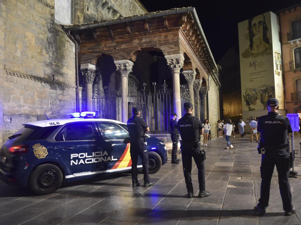 Agentes de la Policía Nacional a las puertas de la catedral de Jaca la noche del sábado al domingo.