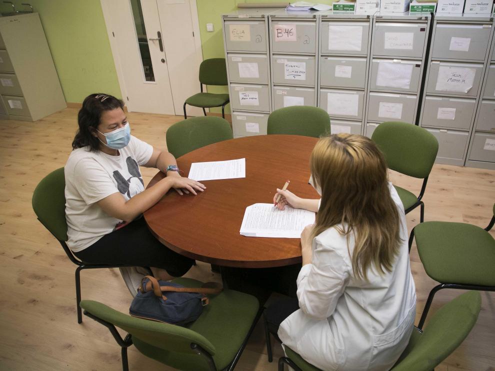 Fátima Méndez rellena el cuestionario junto a Sonia Sebastián, una de las participantes.