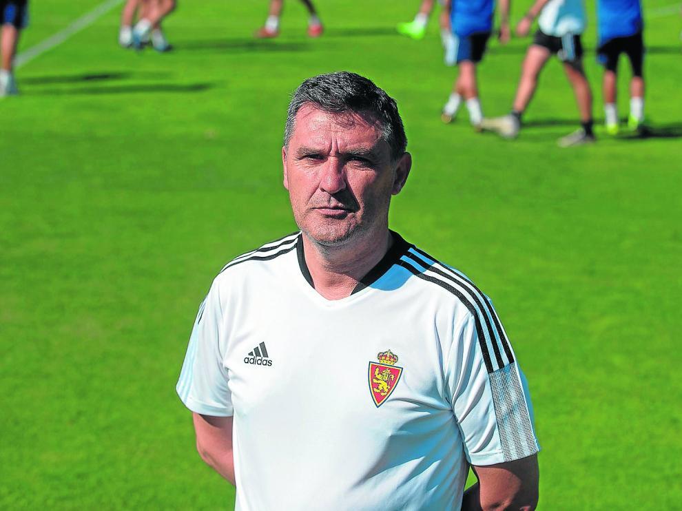 Emilio Larraz, técnico del Deportivo Aragón, en una sesión del filial en la Ciudad Deportiva.