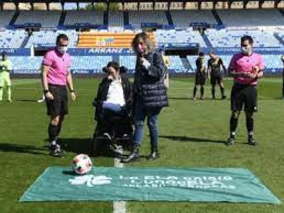 Saque de honor de Sergio Pina en La Romareda.