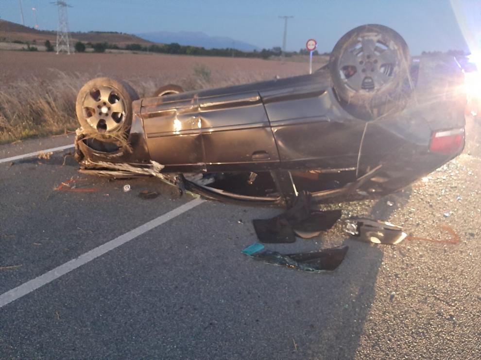 El coche siniestrado en el que viajaba la joven fallecida, junto con otras tres personas.