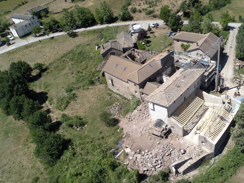 Vista aérea de Casa Lardiés, rehabilitada como refugio y salón multiusos.