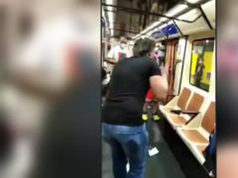 La Policía está buscando a un hombre acusado de agredir brutalmente a otro en un vagón del metro de Madrid, después de que fuera captado en un vídeo que se ha hecho viral en redes sociales.