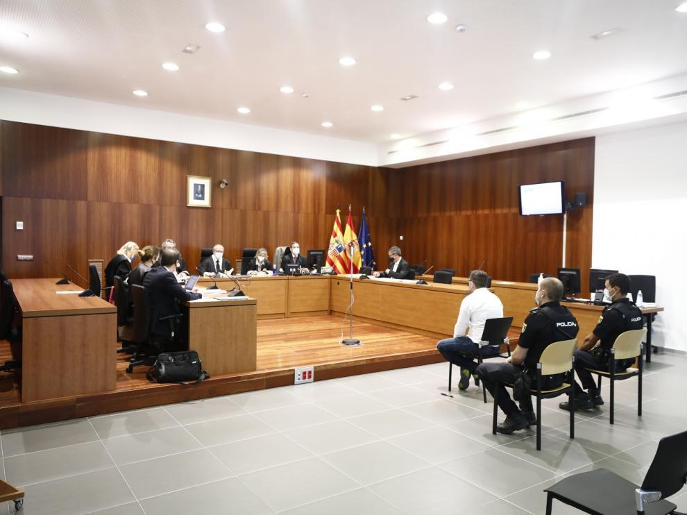 El acusado durante la primera sesión del juicio celebrada este lunes en la Audiencia de Zaragoza.