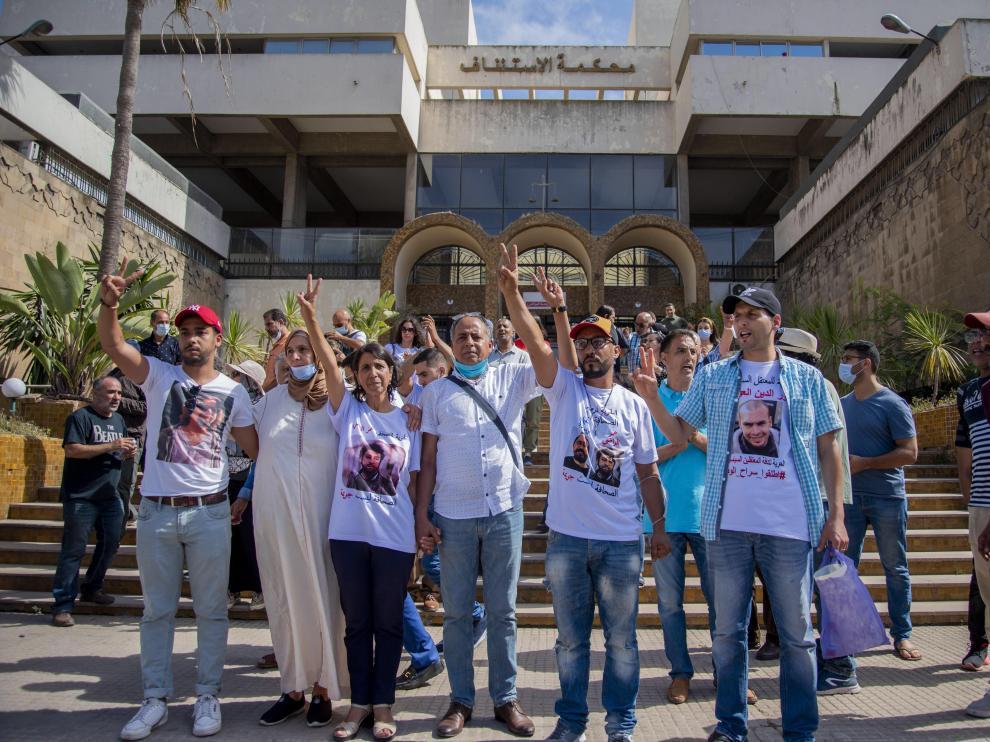 La madre del periodista condenado, junto a otras personas que apoyan la causa de su hijo, a las puertas del tribunal