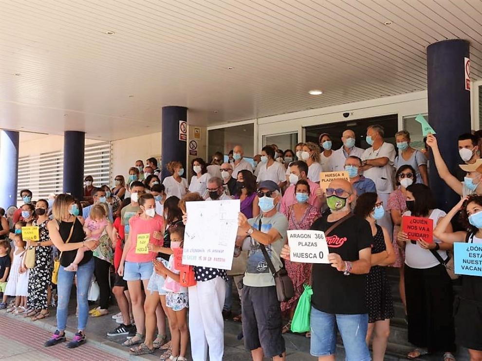 Protesta de las enfermeras interinas afectadas por la falta de plazas en el Hospital Universitario San Jorge de Huesca este lunes.