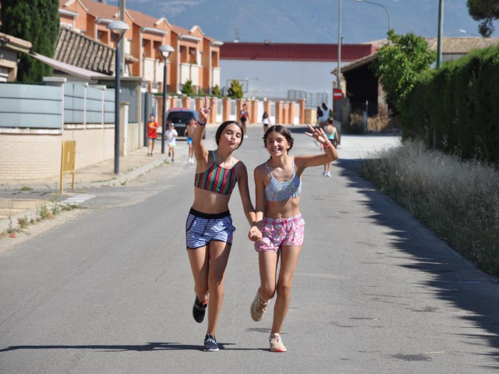 Dos participantes en el primer triatlón infantil de Chimillas.
