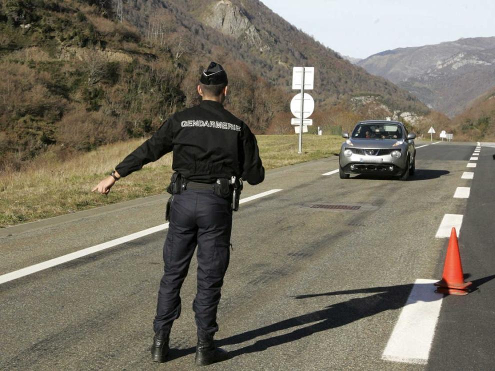 Control de la Gendarmería en el acceso a la parte francesa del túnel del Somport