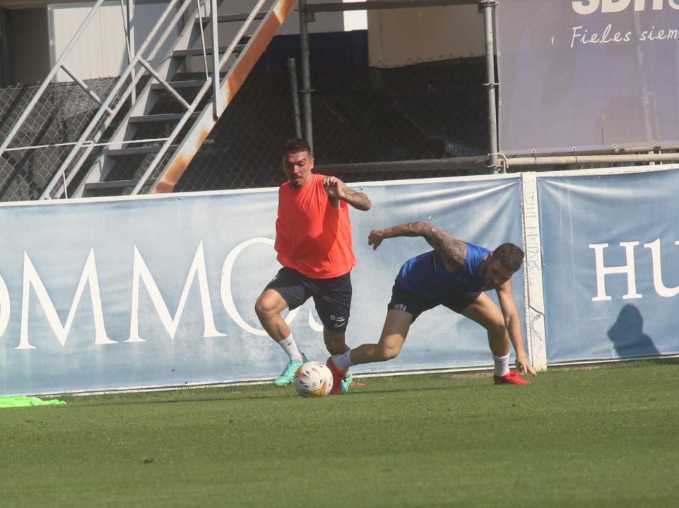 Joaquín se marcha de Javi Galán durante la sesión de este martes.