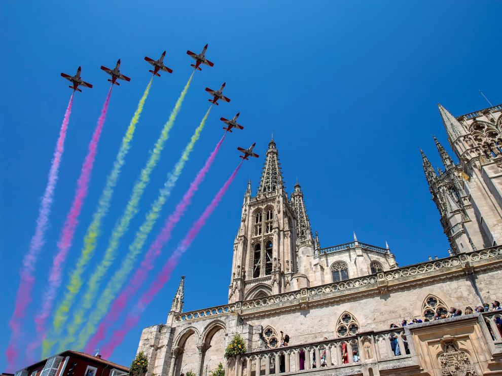 La Patrulla Águila del Ejército del Aire sobrevuela la catedral de Burgos
