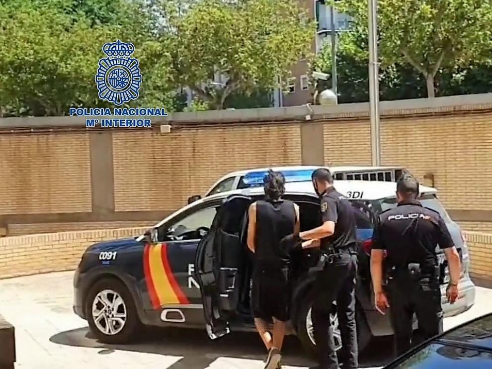 Momento en que el detenido es trasladado ante el juez por la Policía Nacional.