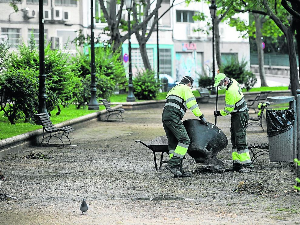Operarios del servicio de limpieza de Zaragoza, una de las contratas que está caducada
