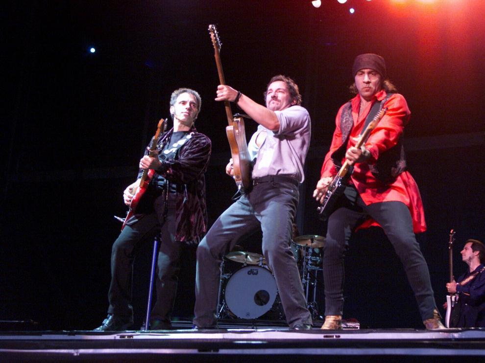 Bruce Springsteen, flanqueado por Nils Lofgren y Steve Van Zandt en La Romareda.
